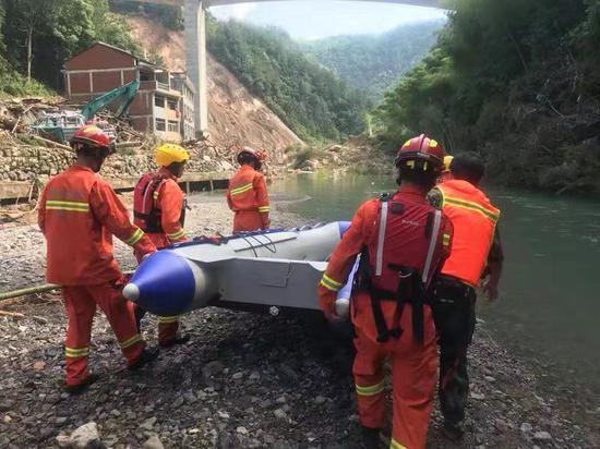 图为:永嘉消防指战员对山早村进行再次排查 任益 摄