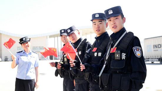 边检站执勤民警一起和国旗合影