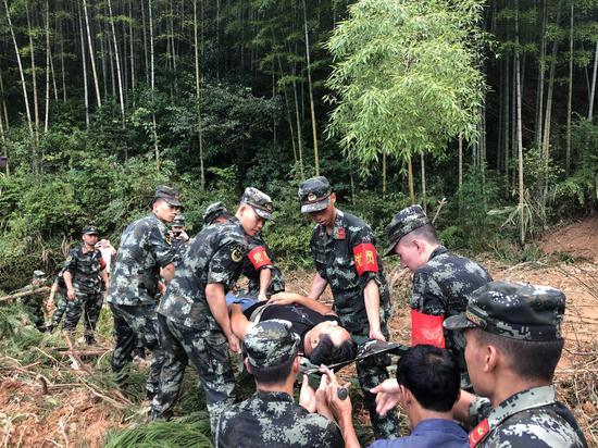 受困群众被成功救下。 嘉兴武警提供
