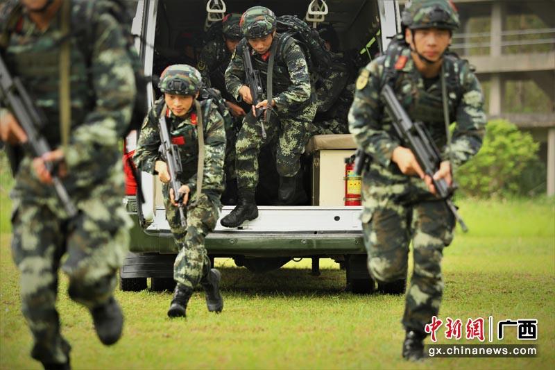 來賓:武警特戰隊員開展反恐實戰演練