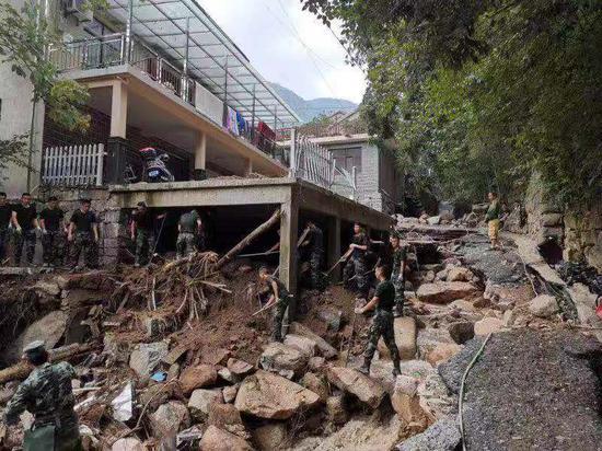 武警杭州支队官兵参与灾后重建。武警杭州支队供图