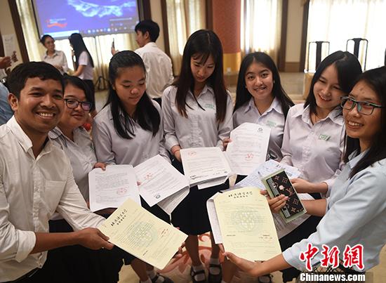 中国驻柬使馆举行仪式颁发中国政府奖学金录取通知书