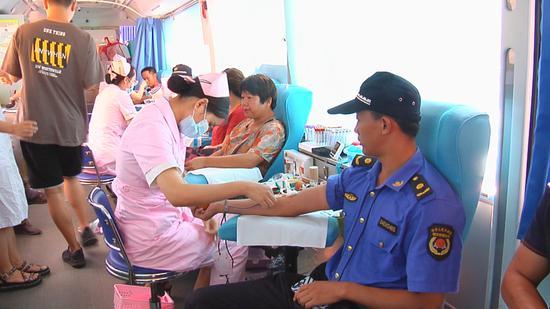 综合执法局工作人员献血为灾区 陈军 摄