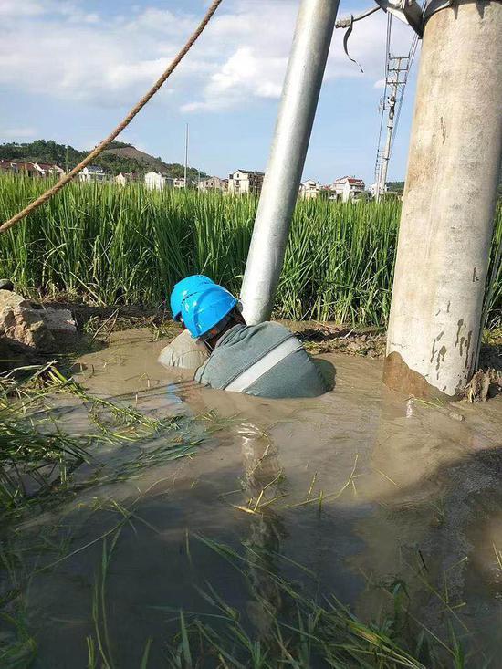 水中抢修电力的工作人员。浙江电力 供图