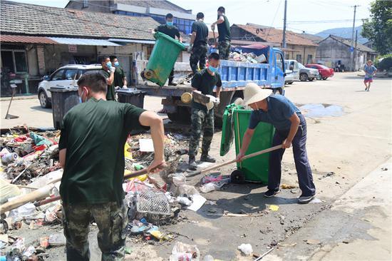 图为灾区清理和卫生消毒工作现场。胡港 摄