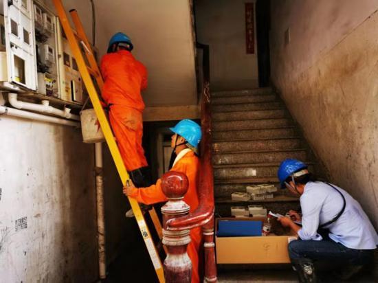 大荆供电所电力抢修人员正加紧抢修。浙江电力 供图