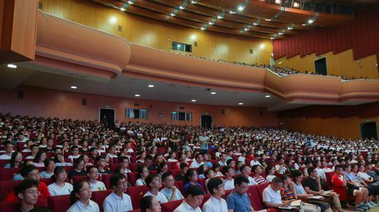 东阳市委书记给大学新生上第一课。东宣 供图