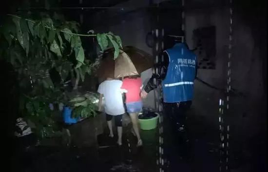 图为:台州路桥网格员抗台掠影 平安路桥供图