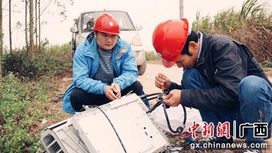 建设人员开展农村网络建。