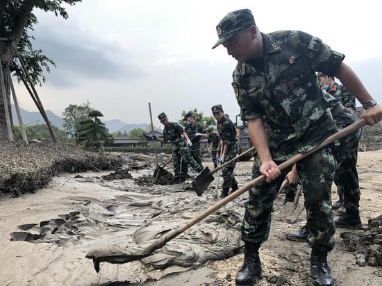 千年古城洪水退去 武警台州支队官兵连夜清
