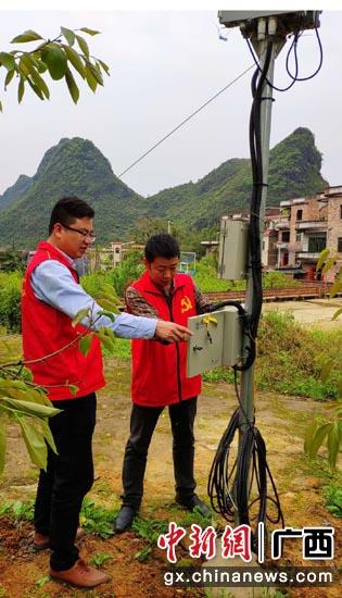 建设人员开展农村网络建设。