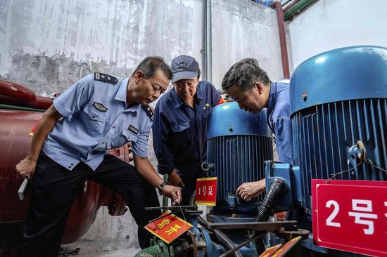 新疆铁警加强暑期机车消防安全检查