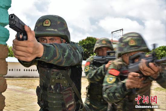 广西北海武警特战队员开展反劫持战斗演练