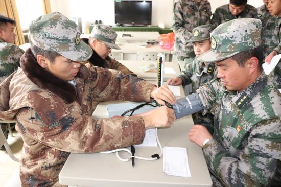 """陆军第952医院开展""""青藏线千里巡诊送健康""""活动"""