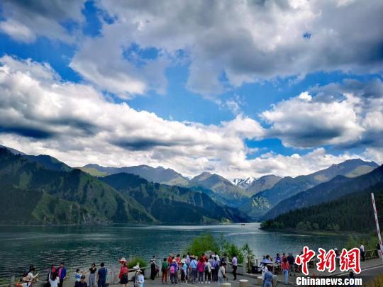 新疆天山天池游客激增 景区多项措施保障游客体验