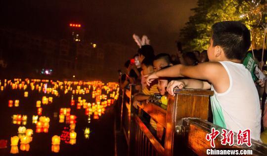 桂林万人资江漂放河灯 祈福平安