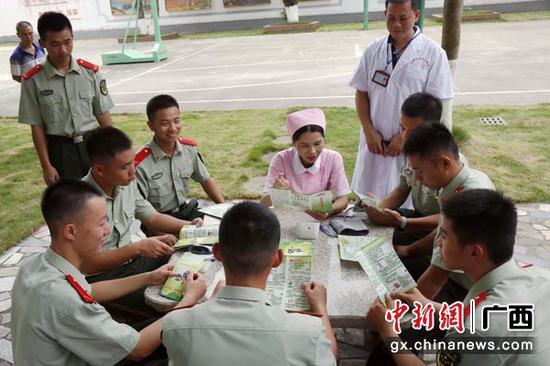 图为医务人员为官兵讲解注意事项。