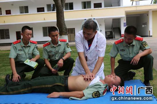 图为医生为官兵传授急救方法。