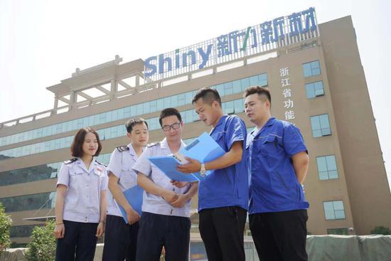 税务人员进企业。  浙江省税务局供图