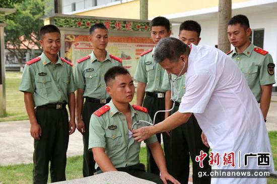 图为医生为官兵进行心脏检测。