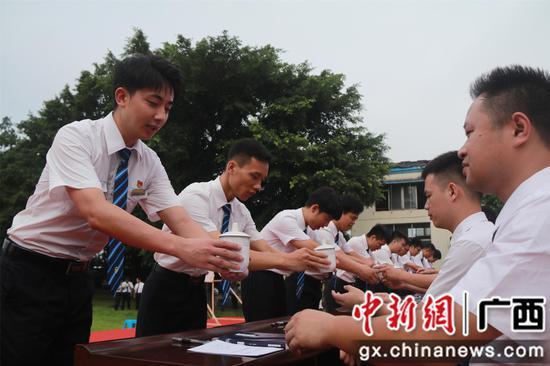 """广西柳州机务段新职工向""""老司机""""拜师学开火车"""