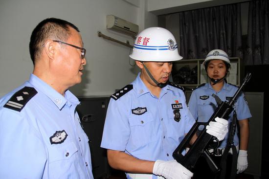 哈密公安处警务督察警务督察对枪库的枪支保养情况进行检查。