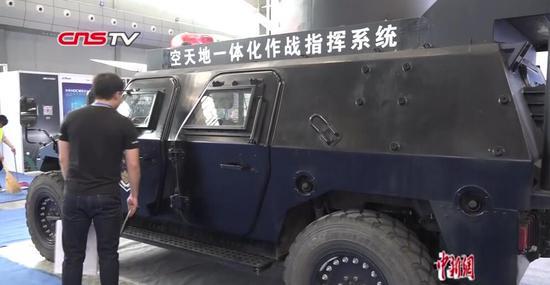 """第六届中国-亚欧安防博览会:巡检机器人可替警察""""巡逻"""""""