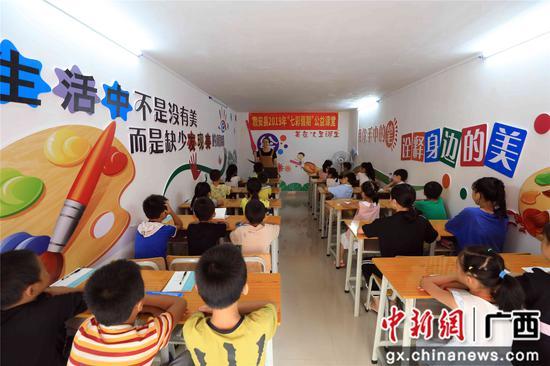 """8月17日,在广西柳州市融安县""""老乡家园"""",孩子们在上趣味数学课。谭凯兴 摄"""