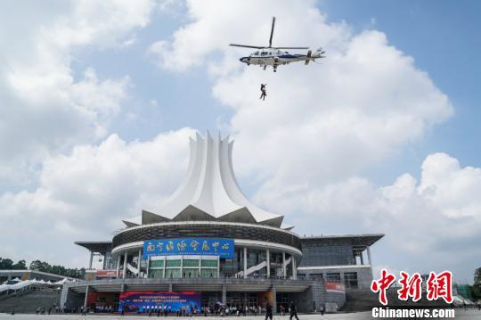 广西南宁警方举行安保应急处突演练 场面堪比大片