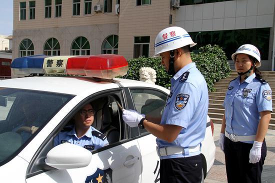 哈密公安处警务督察对民警驾驶警车情况进行督查。