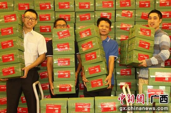 工行广西分行通过电商平台采购来自贫困户的劳动果实红心猕猴桃。