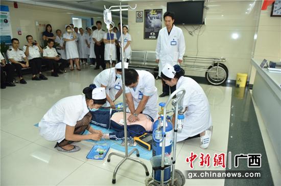 保健中心医护人员现场模拟过敏性休克急救情景