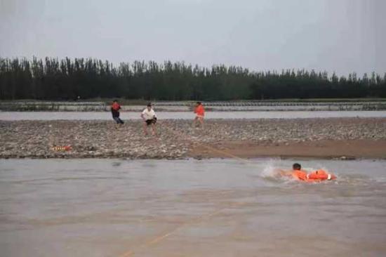 2男1女夜困黄河中央浅滩 中卫消防动用无人机成功解救