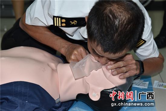 关员进行人工呼吸练习