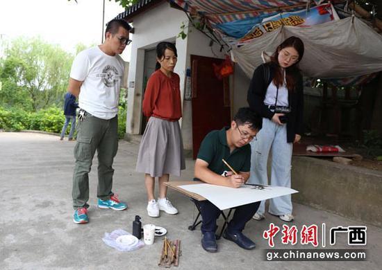 图为王雪峰在创作。