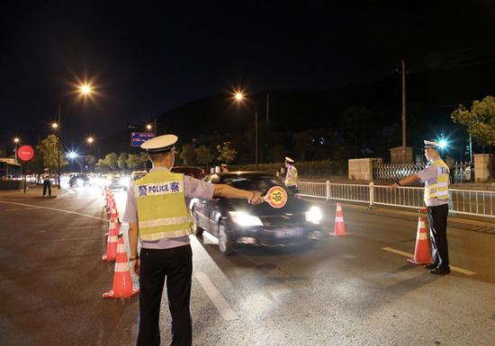 富阳警方行动现场。警方 供图