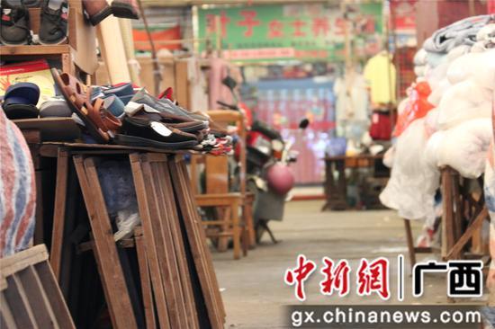 图为柳州市桂中商城内摊位之间的疏散走道被商铺占用。覃诗明 摄