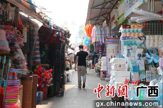 图为柳州市桂中商城内消防车道被经营的摊位占用。覃诗明 摄