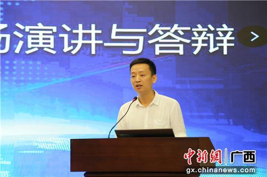 图为中铁二十五局职工陈旺在答辩。