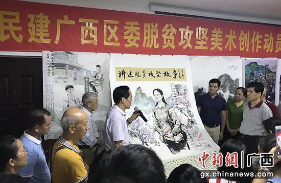 图为画家陈中华介绍作品创作内涵。