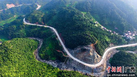 8月13日,正在进行收尾施工的罗融二级公路穿过安太乡寨怀村路段。