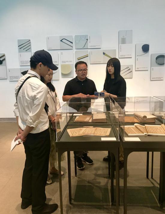 浙江艺术职业手机可以下载棋牌游戏文化管理系教师江杰在导览。韦佳杞 摄