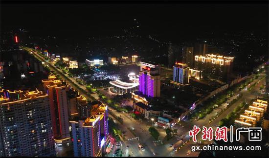 图为实施亮化提升改造工程后的横县夜景。
