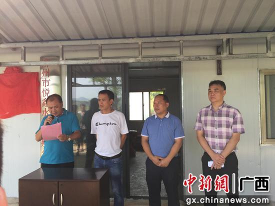 鱼峰区人社局党组书记许成爱在扶贫车间揭牌仪式上讲话。