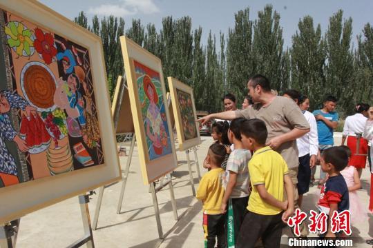 新疆:文化走基层百余幅作品描绘新时代农民新生活