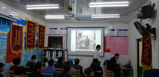 杭州市临安区查获的违法生产、销售三类医疗器械案中,犯罪嫌疑人在通过PPT对其医疗器械产品进行宣讲。  杭州市市场监督管理局 供