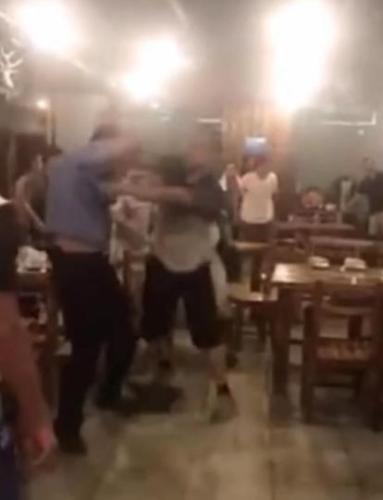 涉事男子殴打辅警。现场视频截图