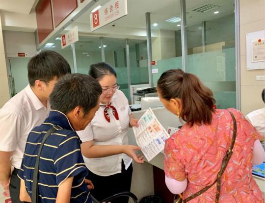 图为稠州银行开展浙∞江省2019年新版人民币发行宣传活动。稠州银行供�图