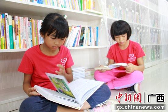蒲公英之家的孩子们在雯熙爱心图书馆认真看书。陶媛 摄