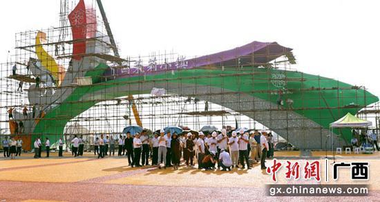 图为项目集中开竣工仪式现场。
